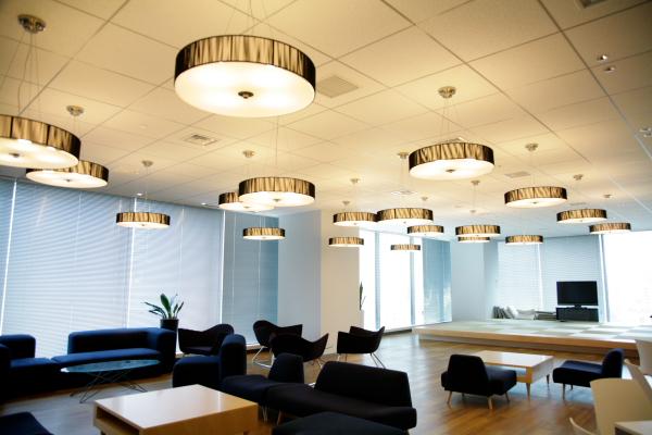セミナールームと連結すると全社員を収容できるコラボレーションスペース。社員同伴であれば社外の人も入室できる。コミュニケーションの拠点ということで、ミーティングの後に談笑したり、ケータリングを利用してパーティーをしたりといったことに利用される。月に1回の月例会や、部署内のコミュニケーションを活性化する懇親会、その他イベントにも使われる