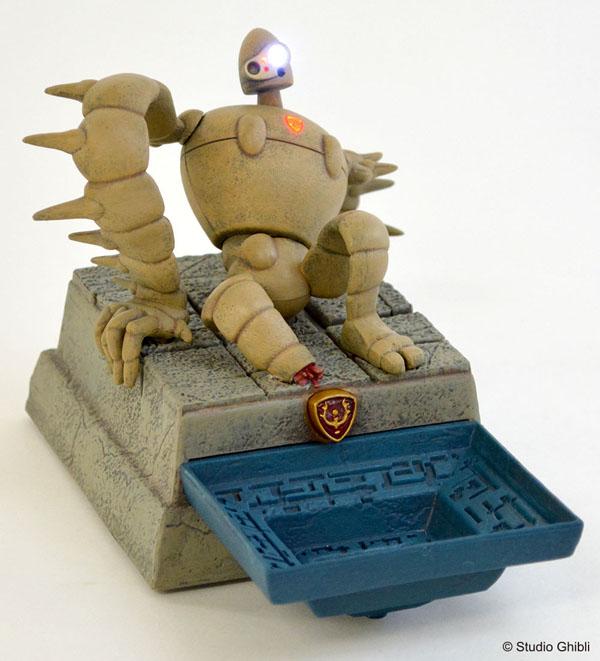 手前のトレー部分は「光る飛行石」を置くのにぴったりのサイズ。ロボット兵の足元のタイルを押すと、「君をのせて」のオルゴールとともに、目や胸の紋章部分が光ります。
