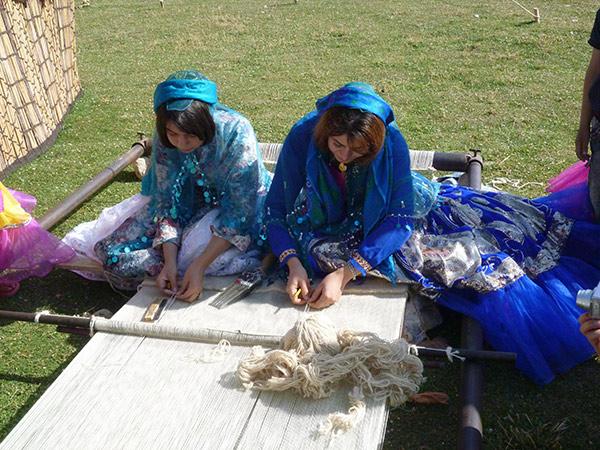 イランのカシュガイ族の織り子による「ギャッベ」の手織り実演会および体験会も実施