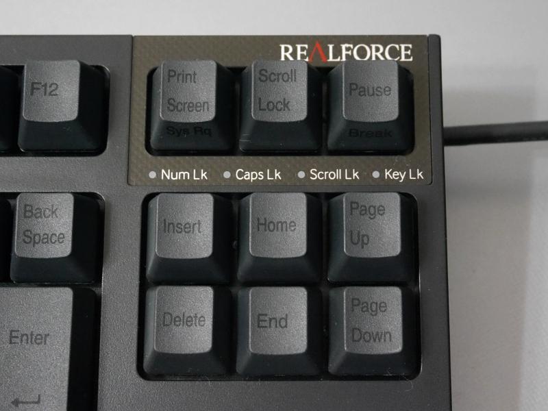 ブラックのキートップに印字される文字がこれまたブラックというスタイリッシュな仕様
