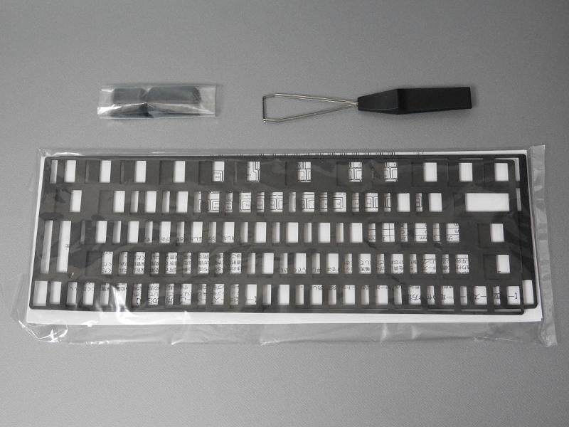 付属のキースペーサー。これをキーの下に敷きます。右上はキーを取り外すキートッププラー