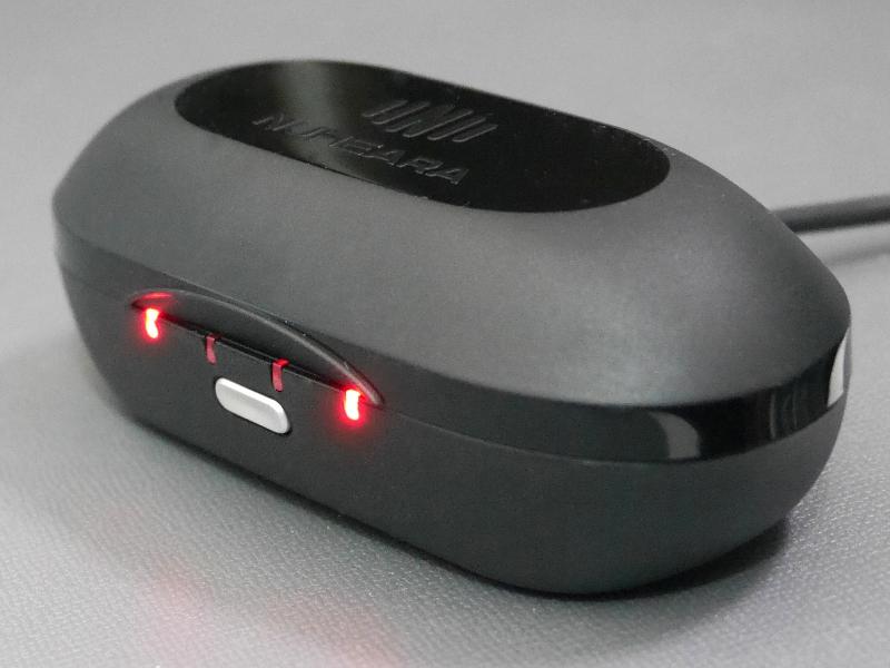 携帯ケースで最大4時間の音楽再生×3回分の充電が可能。LEDでステータスを判別できます