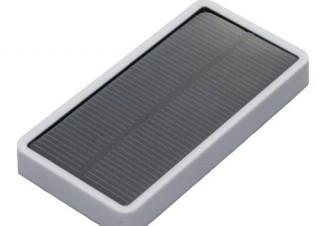 カードサイズで容量2500mAh、ポータブルソーラー充電器「mobile solar 2500」