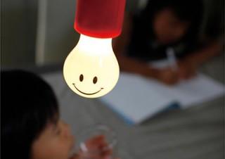 スパイス、電池を用いる電球型LED「Smile Lamp」
