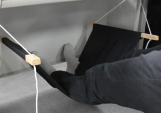 上海問屋、デスクの下に取り付けられる足用ハンモックを発売