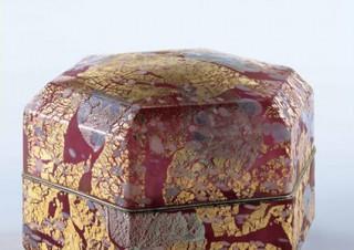 ガラス作家の藤田喬平氏による初期から晩年までの作品約60点の展示が富山県で開催