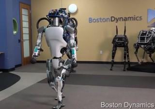 「雪道を歩く」「ドアを開けて出て行く」、2足歩行ロボ「Atlas」の進化が凄まじい