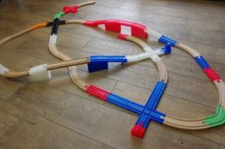 3Dプリンタ作のオリジナル線路で自由なレイアウトが組める「ワンレール」