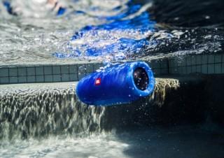 JBL初のIPX7対応防水Bluetoothスピーカーが発売!チューブデザインとカラビナ付きの2製品