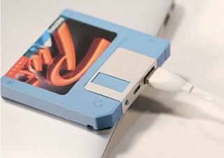 ミスターカード、フロッピーディスク型のデザインを採用したモバイルバッテリーを発売