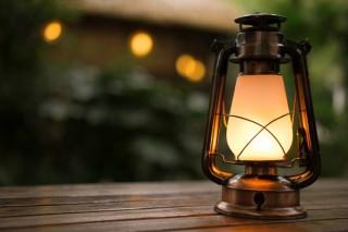 アンティークな雰囲気の外装で本物の炎のような揺れる灯りを体験できる「LEDフレイムランタン」