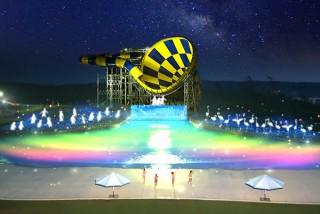 夜のプールエリアが光と音で幻想的に演出される芝政ワールドの「サマーナイト・イルミネーション」