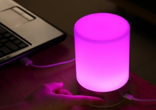 AUKEY、6色の光を切り替えられるUSB充電式のタッチコントロールLEDランプを発売