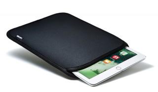 サンワ、ウェットスーツの素材を採用したiPad専用のスリップインケースを発売
