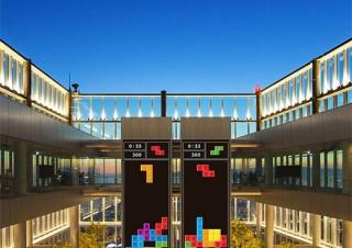 壁面に投影されたテトリスで遊べるプロジェクションマッピング企画「PLAY! TETRIS TOWER」