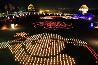 光と炎で弥生時代の復元建物を照らすライトアップイベント「吉野ヶ里 光の響」