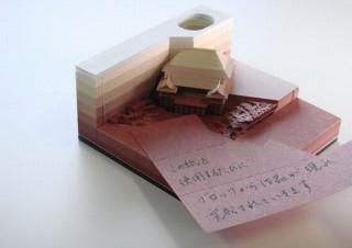 メモをめくると遺跡のように建物が姿を現すブロックメモ「OMOSHIROI BLOCK」