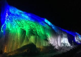 """氷柱をスクリーンとした""""氷点下のプラネタリウム""""を楽しめる「氷柱白糸イルミネーション」"""