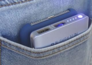 iPhoneX/8にピッタリ! 重ねてポケットで充電できるワイヤレスバッテリー発売。