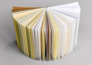1冊で材質の異なる55種類の紙を体験できる「55メモ帳」がMakuakeに登場