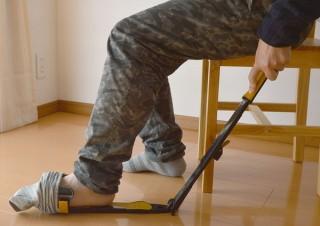腰痛持ちやものぐさ人に最適な靴下履きサポート器具「くつ下ヘルパー」、サンコーから