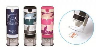 シヤチハタより、キャップが自動で開くワンタッチ式ネーム印にカワイイ猫柄6種が登場