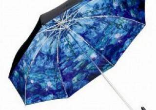 雨の日が待ち遠しくなる美しい絵画モチーフの傘、「モネ 睡蓮」と「ミュシャ 裏窓」