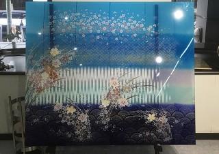 着物や帯そのものをガラスに封じ込めたアートを紹介する展覧会「和硝子の世界~伝統を未来へ繋ぐ」