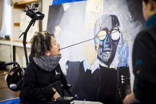 事故による脊髄損傷から口に筆を咥えて描くペインターTakayuki Matsumine氏の個展が開催