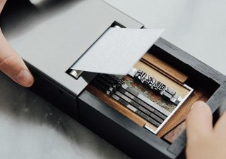 活字をセットして自分オリジナルの名刺を作れるポータブル活版印刷機「一枚の名刺」