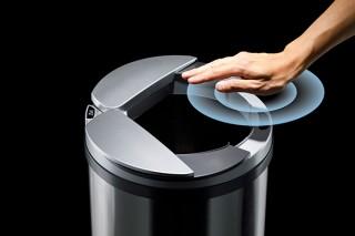 手をかざすとセンサー感知によって自動でフタが開閉するゴミ箱「ZitA」