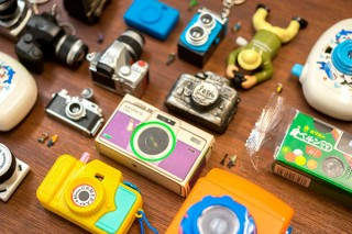 カメラの形をモチーフにした約100点の玩具を展示している「カメラのおもちゃ展」