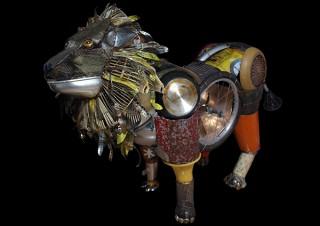 金属廃材を多用して動物などの立体作品を作り出す富田菜摘氏の個展「真夏の夜の夢」