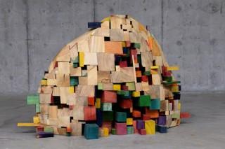 染色したカラフルな木材を用いる作品が特徴的な西村卓氏の展覧会「拡張都市」