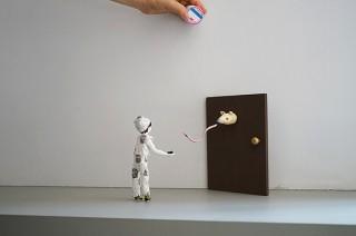 人形たちによるインスタレーションを展開するbanryoku氏の展覧会がスタート