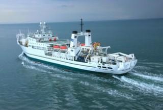 KDDIが北海道の通信を海から支援、「船舶型基地局」を使用してエリア復旧を図る