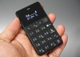 緊急時の通話用にもう1台いっとく? 格安SIMカードが使えるカードサイズの携帯電話