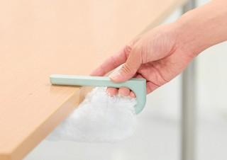 エレコム、机の天板などに差し込んで収納できるクリーニングブラシ「カクレモップ」を発売