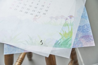 半透明のグラシンペーパーに4色印刷を施した壁掛けカレンダー「さとやま」に注目
