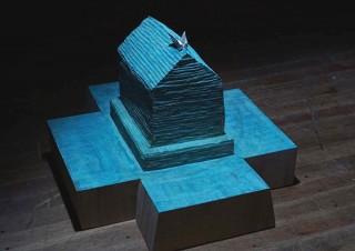 """""""家""""がモチーフの作品を中心に彫刻などを展示する深井隆氏の個展「在ることについて」"""