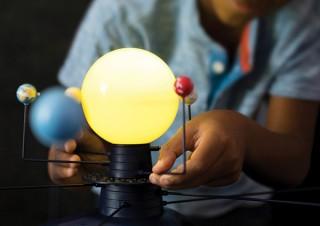 スイッチを入れると惑星が回る「動く!太陽系模型&プラネタリウム」発売