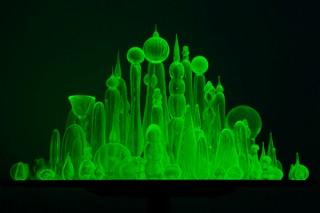 """紫外線で蛍光緑に光るウランガラスで""""未来都市""""を表現した松藤孝一氏の個展「世界の終わりの始まり」"""
