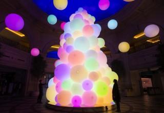 光の球体を集めたインタラクティブな巨大ツリー「チームラボ:呼応する生命の樹」