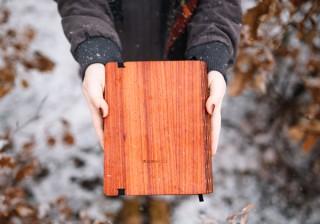 天然木材とグラスファイバーを組み合わせたノートカバー「WoodBook」