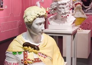 """""""お菓子の石膏像""""カプセルトイの発売記念展「渡辺おさむ石膏スイーツミュージアム」"""