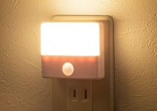サンワサプライ、コンセントに挿すだけで使える人感センサー付きLEDライトを発売
