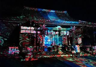 約100万枚の抽象画像を山や建物に投影する万華鏡のような光の芸術「デジタルカケジクin 嵐山・法輪寺」