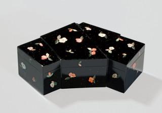 椿の花をモチーフとした美術品を紹介している資生堂アートハウスの展覧会「椿つれづれ」