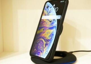 ワイヤレスでiPhoneやGalaxyをフルスピード充電できる「折り畳みスタンド」