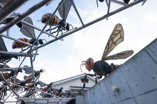 山田養蜂場、ミツバチとスズメバチの闘いを表した巨大フィギア公開